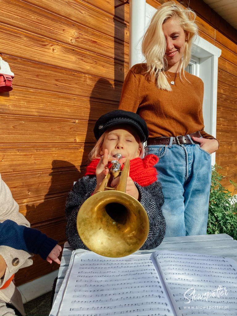 Dom na Wzgórzu Paproć - Ziemek gra na trąbce - wizyta Slowspotter