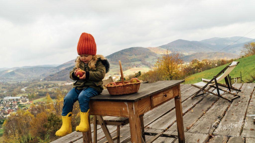 Dom na Wzgórzu Paproć -Laura je jabłka z ogrodu - wizyta Slowspotter