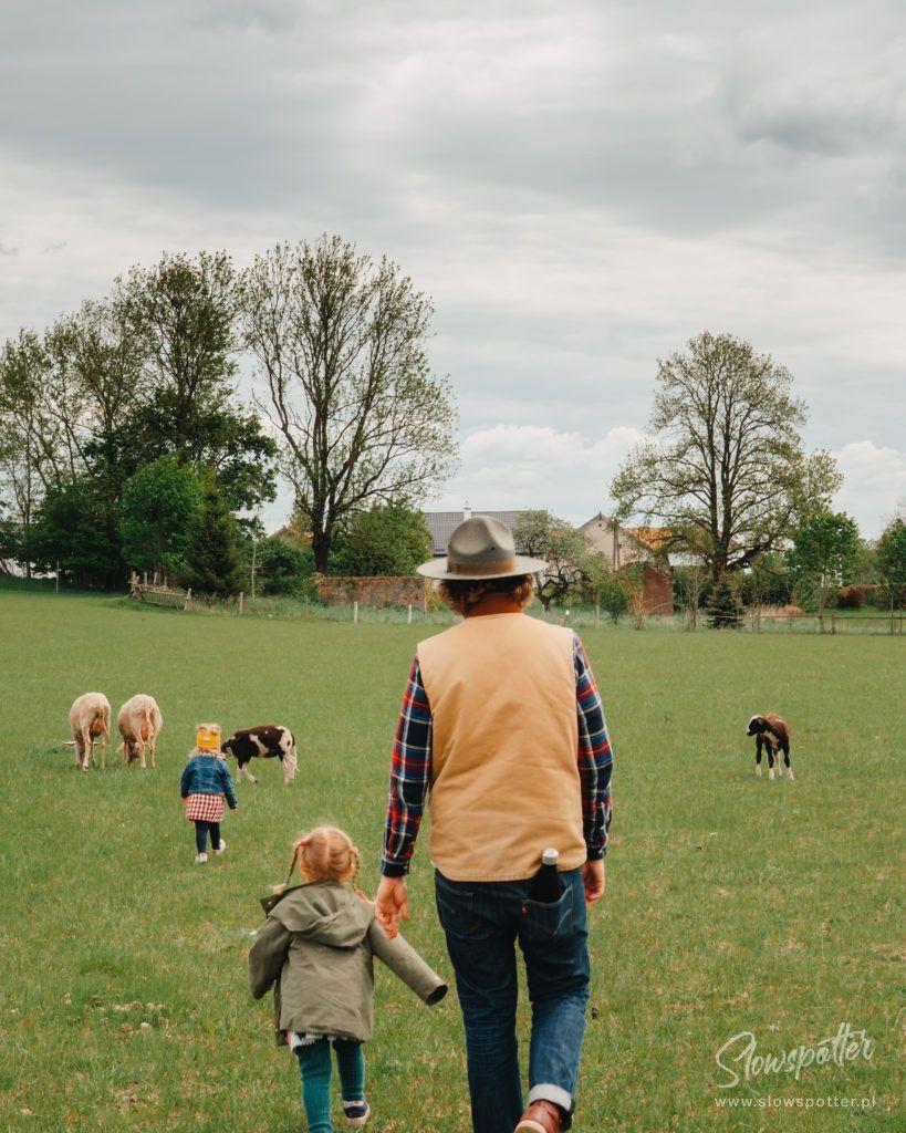 Agroturystyka Kwaśne Drzewo folwark zwierzęcy owce kozy Slowspotter na łące