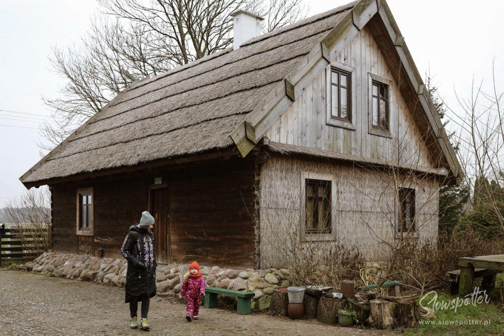 Siedlisko-Leluja-pod-Warszawą-na-wsi-Slowspotter-stara-kurpiowska-chata