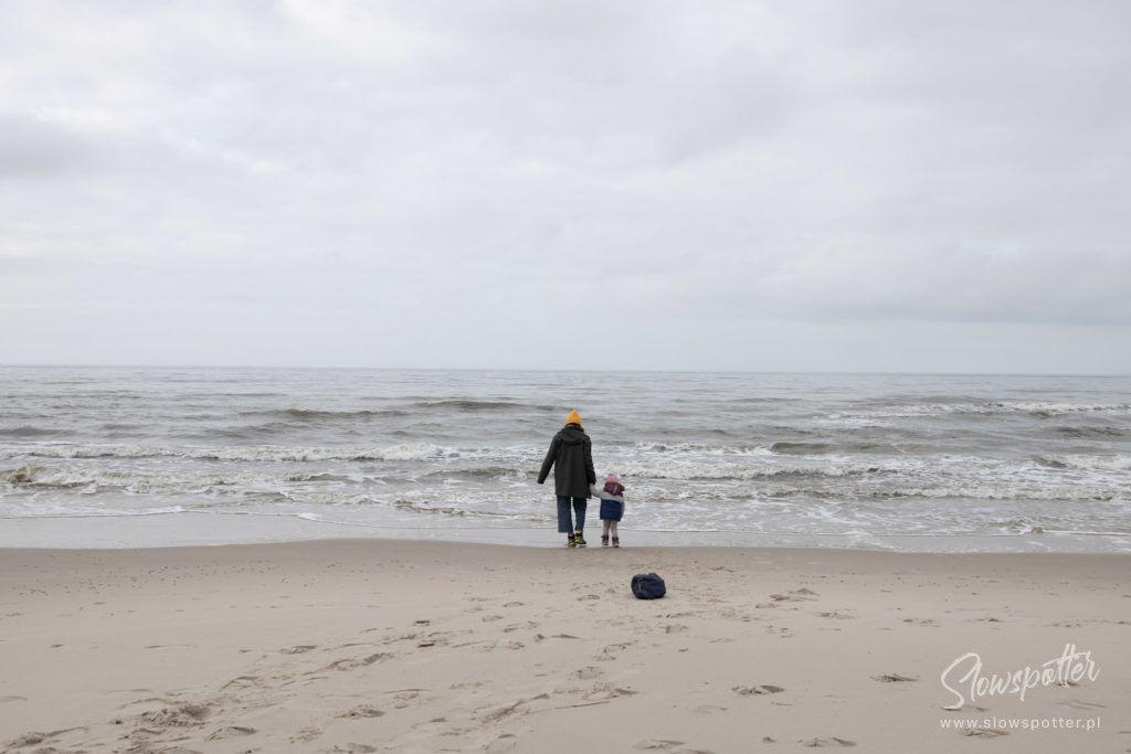 Slowspotter spaceruje przez Słowiński Park Narodowy w kierunku morza