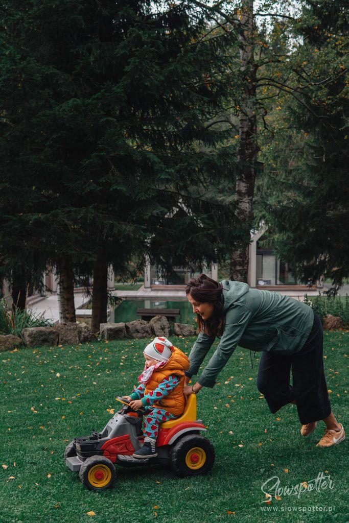 Willa Drewniana Róża zabawa z dzieckiem Slowspotter