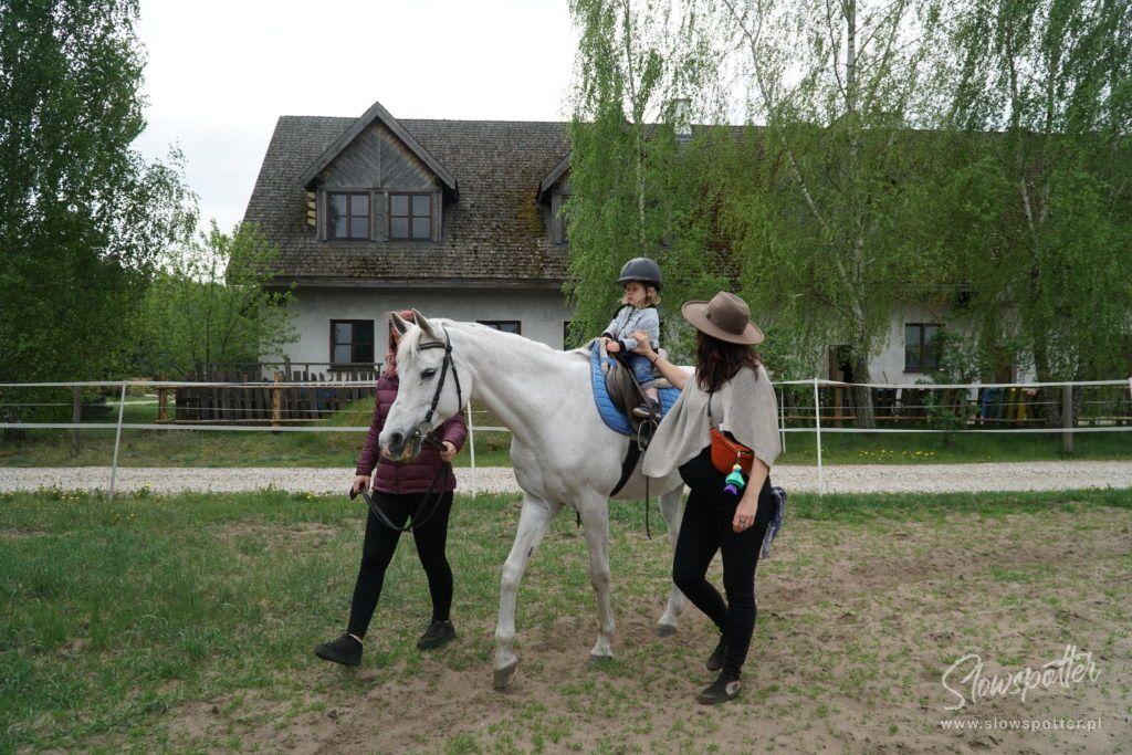 Zagroda Kuwasy Podlasie Pensjonat Slowspotter Laura jeździ konno